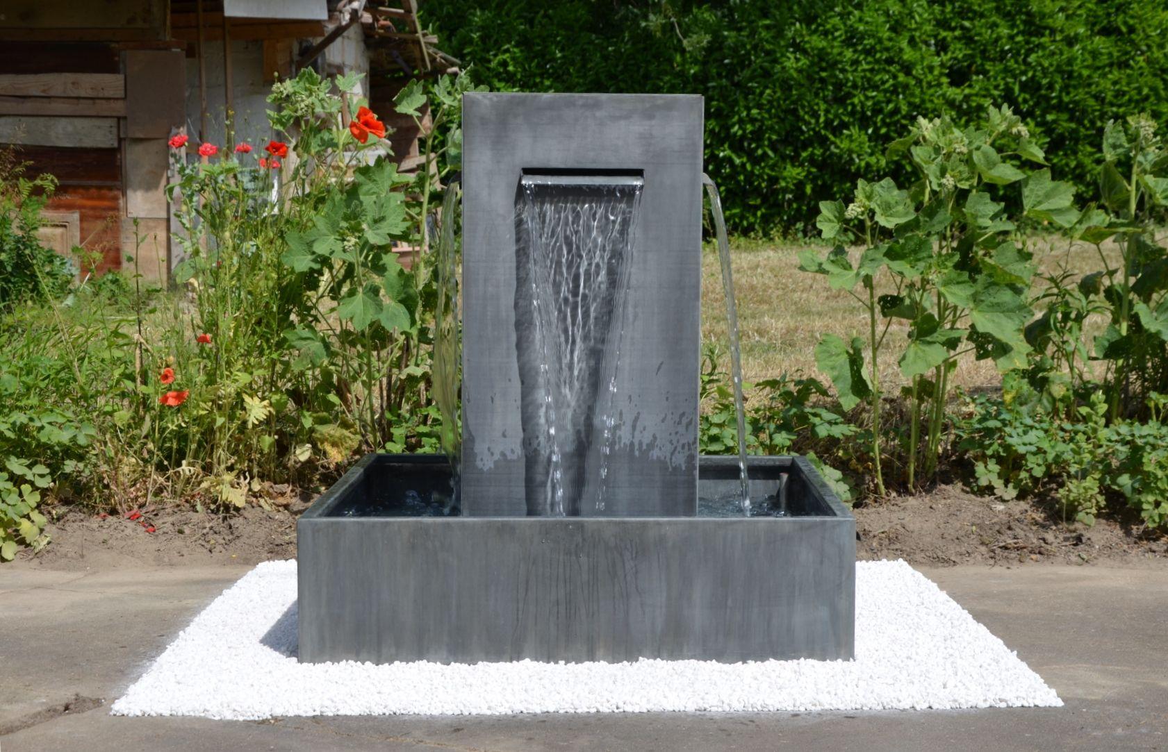 Fontaine de jardin en zinc, avec 4 lames d\'eau. Artisan créateur de ...