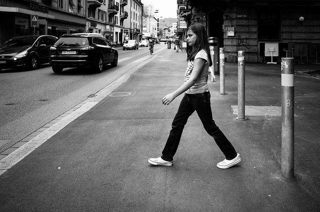 Niña cruzando la calle