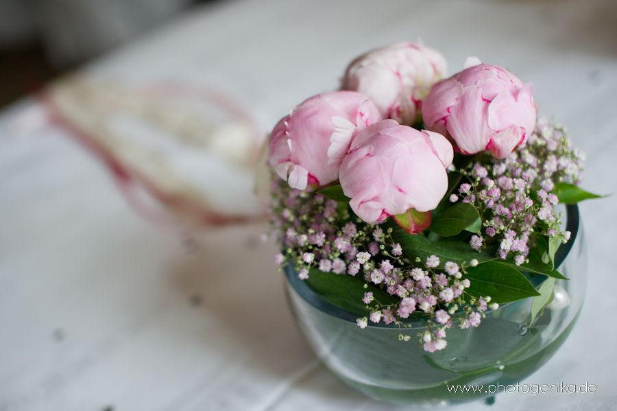 hochzeit tischdeko glasvase rund pfingstrosen rose mit schleierkraut blumen pinterest. Black Bedroom Furniture Sets. Home Design Ideas