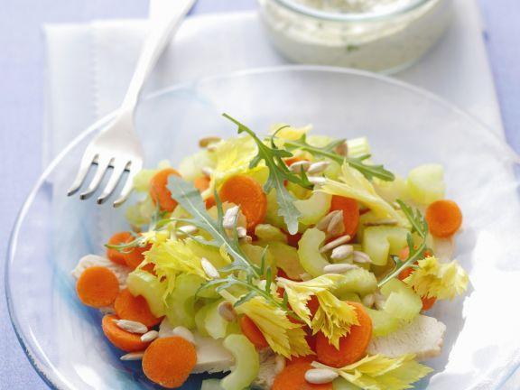 Kerniger Salat mit Pute, Karotten und Sellerie ist ein Rezept mit frischen Zutaten aus der Kategorie Gemüsesalat. Probieren Sie dieses und weitere Rezepte von EAT SMARTER!
