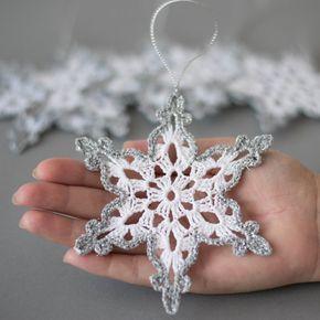 Articles similaires à Flocons de neige au crochet blanc argent décor décorations d'arbre de noël décoration de noël main argent crochet bordure décoration de mariage d'hiver sur Etsy   – Häkelideen Weihnachten