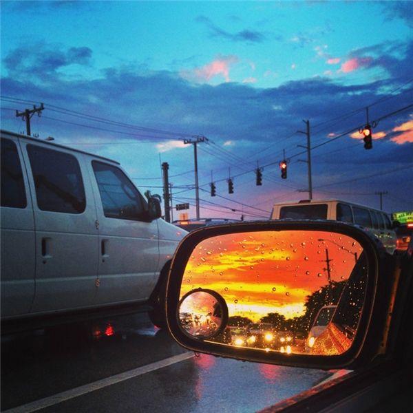 Hai bầu trời khác nhau cùng góp mặt trong một tấm ảnh.