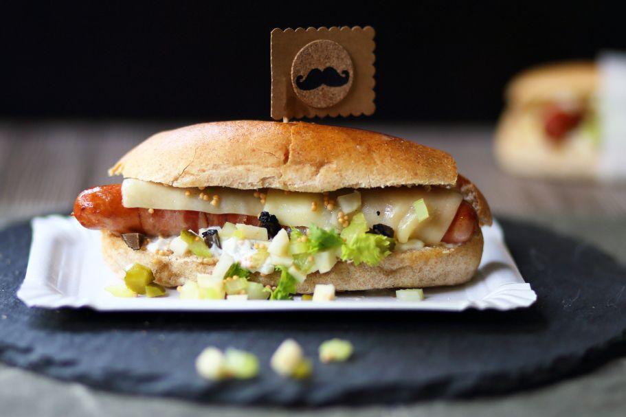 Gourmet Hotdog oder Haute Dog. Mit Sellerie-Relish und Trüffelmayonnaise.