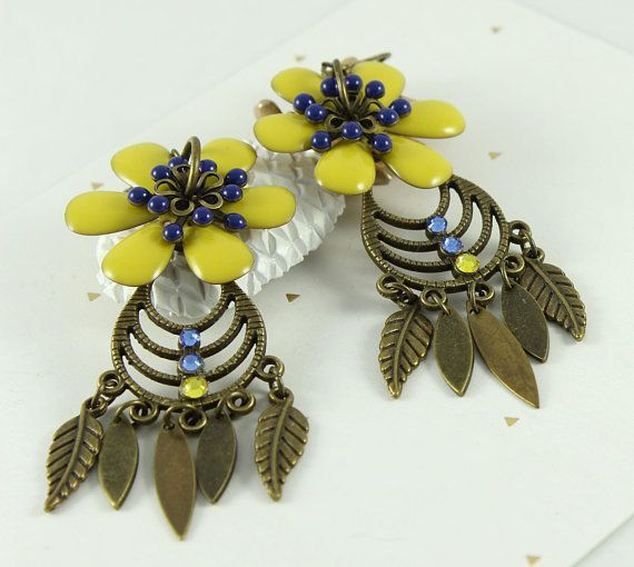33f0c93dc0cc Boucles doreilles jaune et bleu, fleurs jaunes, laiton, breloques feuilles,  strass en