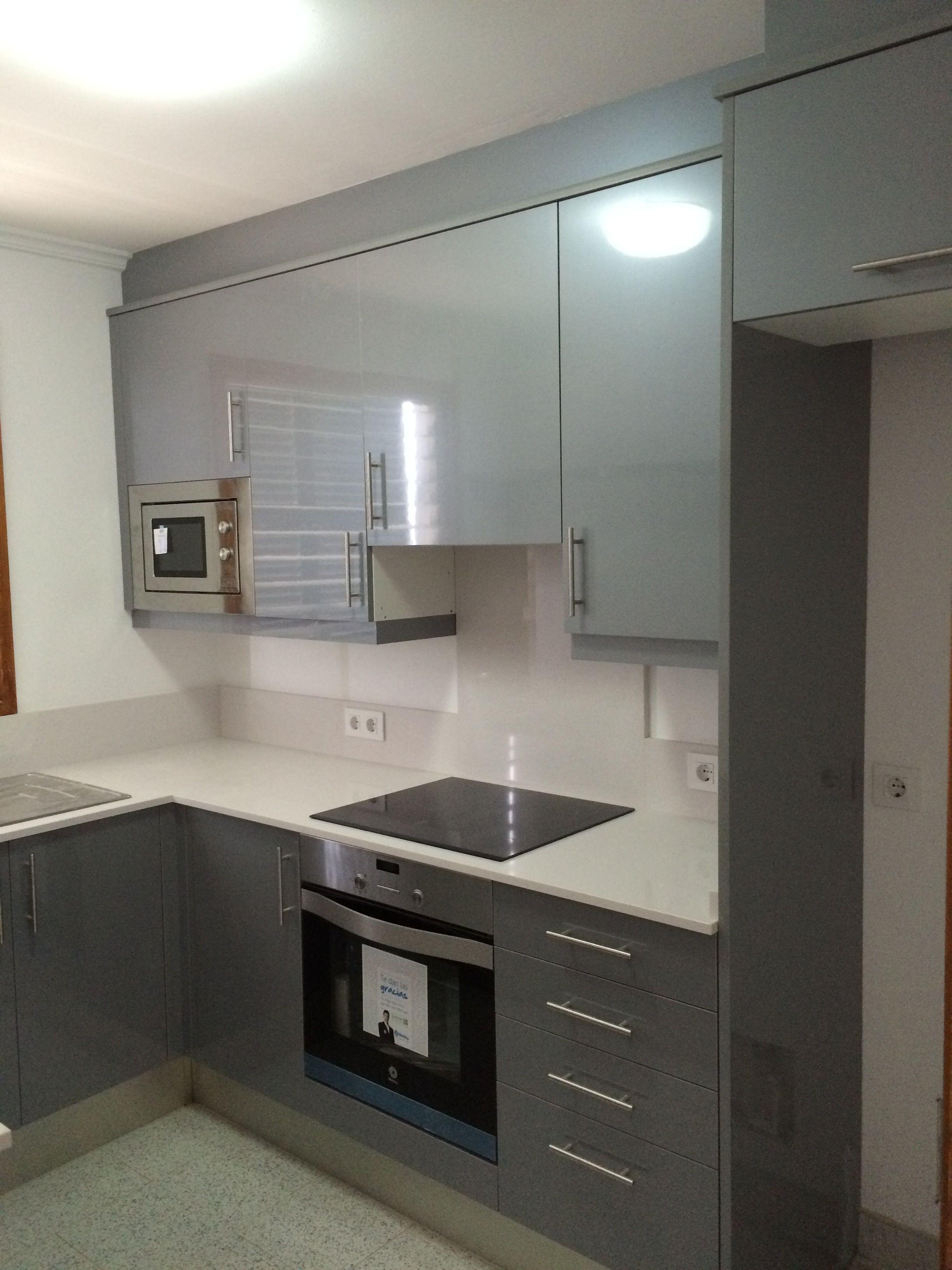 Cocina de peque as dimensiones en gris con silestone for Cocinas modernas barcelona