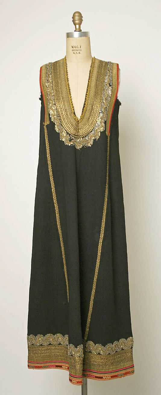 1800–1939 Bulgarian, Dress Embroidery With Sequins. ou 1800-1939 Búlgaro, Vestido Bordado com Lantejoulas.