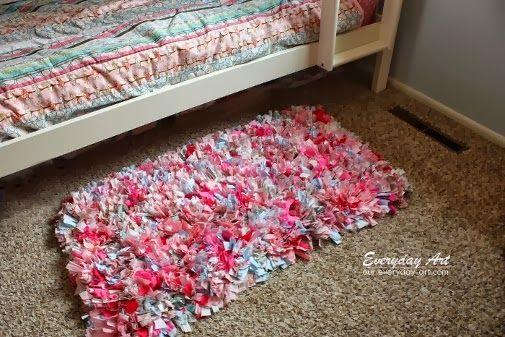 Alfombrilla realizada reciclando telas que nos sobraron anudadas en una rejilla de base.