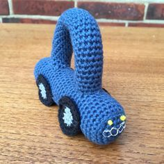 DIY – Hæklet rangle bil – En hæklet bil rangle er meget nem at hækle. Herunder kommer der en gratis hækle DIY til, hvordan ranglen bilen hækles.