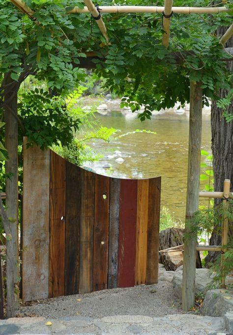 Gartentor aus holz bunt recyceln paletten idee for Paletten idee garten