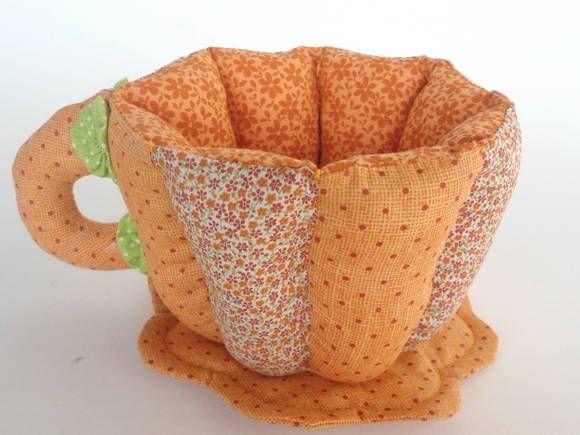 Xícara   patchwork -   guarda sachê   em tecido 100% algodão, mais manta acrílica e enchimento  plumante de silicone. Ideal para decorar a mesa do café ou lanche. Funcional como porta sachês , adoçante, açúcar e chás.