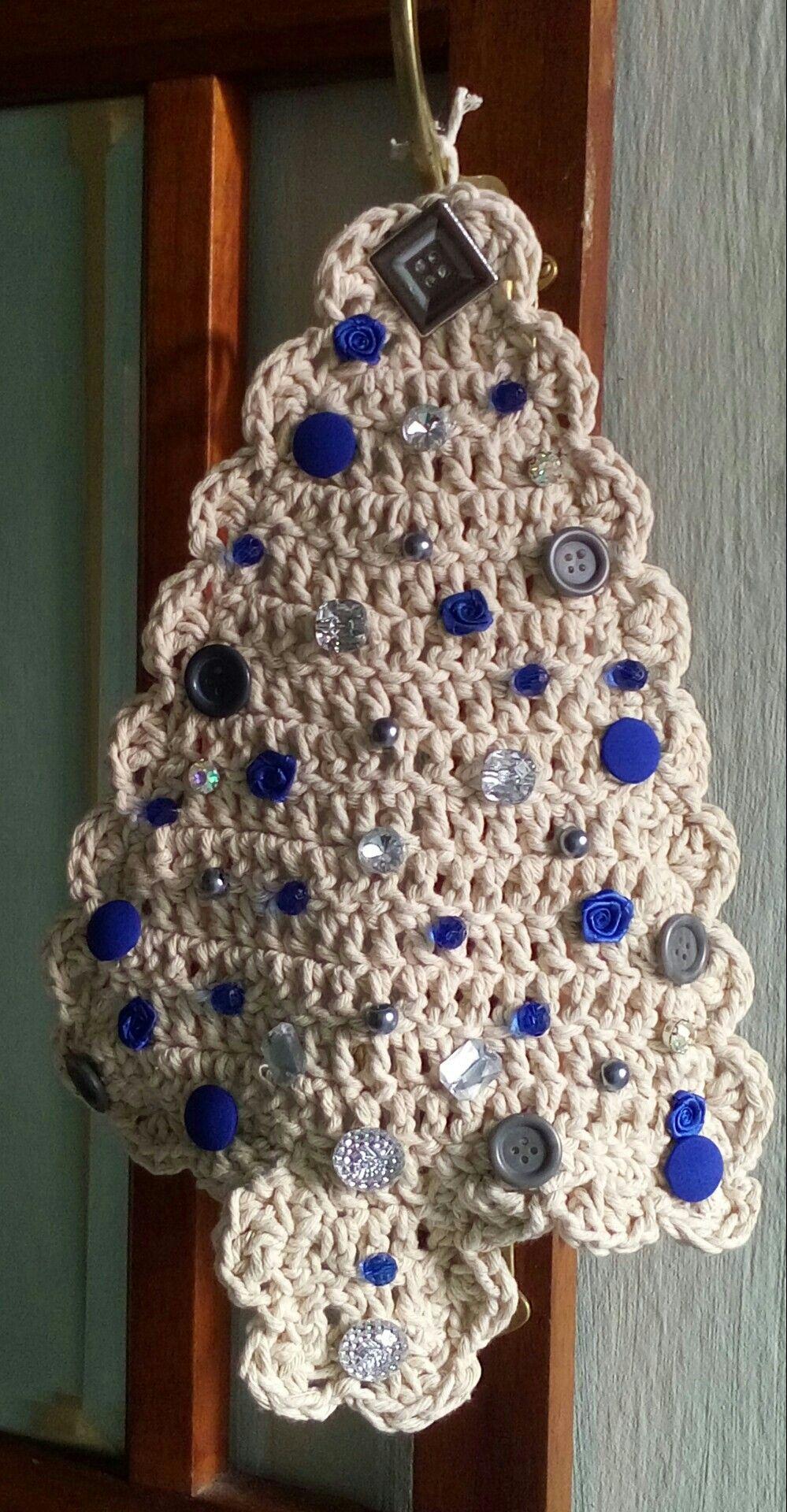 Enfeite de Natal para a porta com botões, contas, pedrinhas e florezinhas de tecido