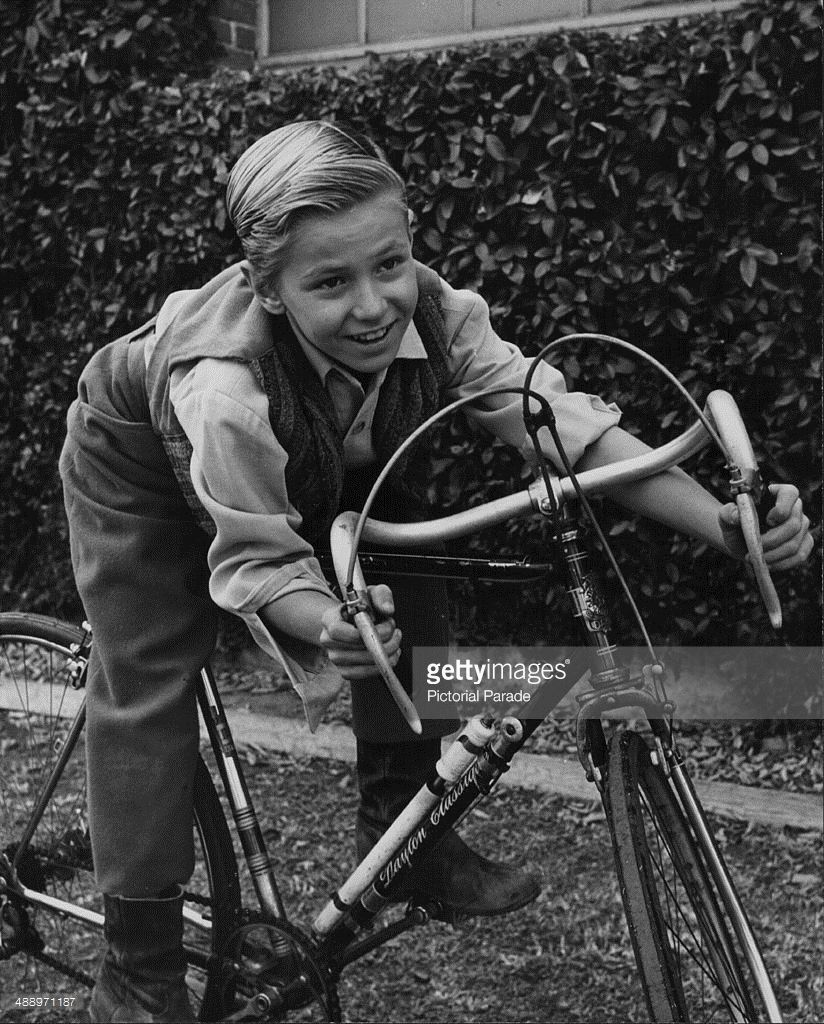 David Ladd riding his bicycle, on the set of the movie 'The Proud Rebel', 1958 Actor David Ladd riding his bicycle on the set of the movie 'The... Fotografía de noticias | Getty Images