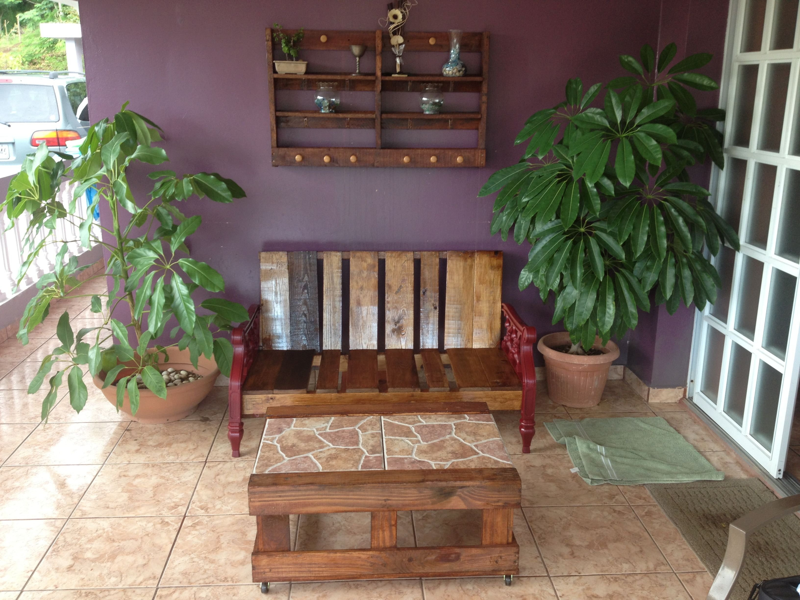 Terraza decorada con tarimas o paletas y materiales reciclados ...