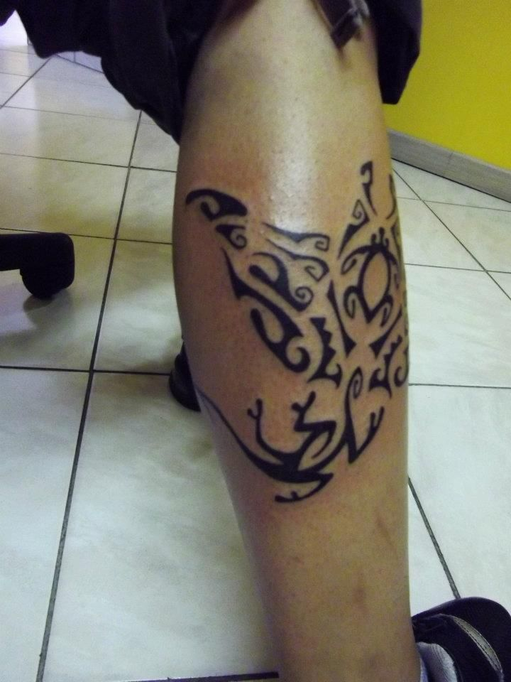 tattoo tatouage maori tribal polynésien jambe mollet raie