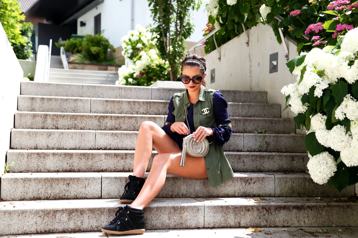 outfit-bobby-sneaker-wedges-isabel-marant-luisaviaroma-gucci-shoho-bag-gold