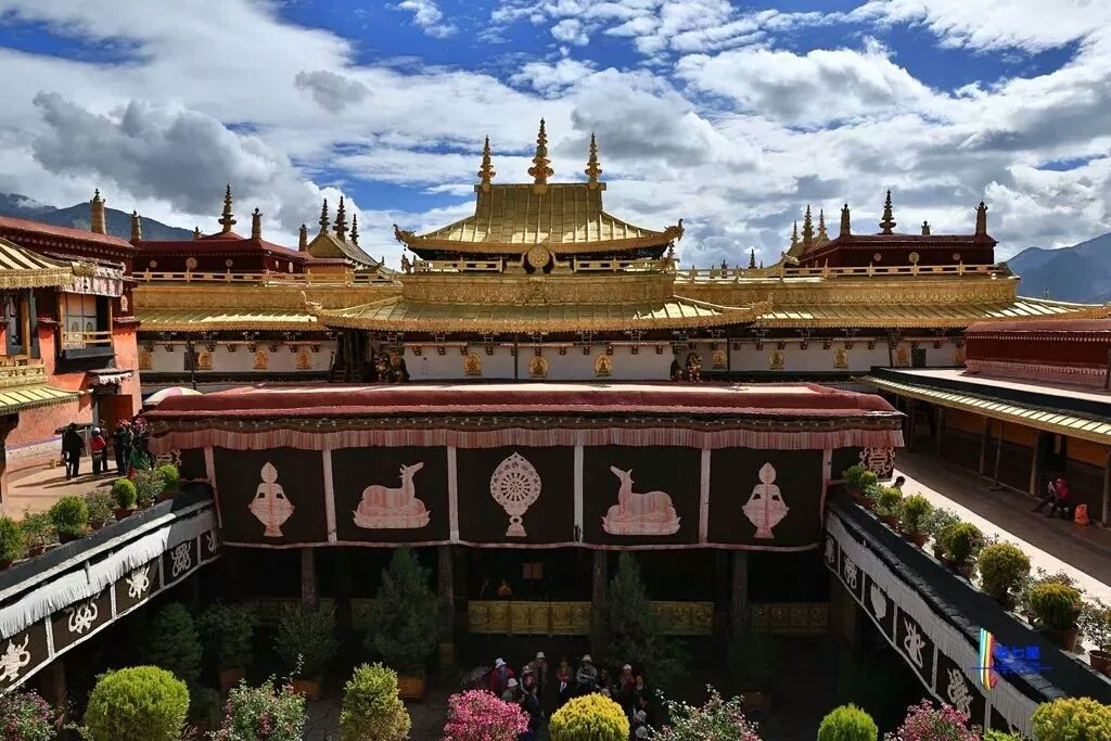 El Templo Jokhang Está Ubicado En El Centro De Lhasa Rodeado Por La Calle Bakhor Es El Templo Budista Más Antiguo De T Lugares Increibles Tíbet Templo Budista