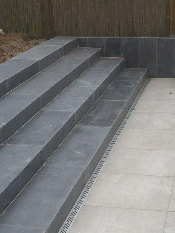 Trappen aanleggen naar voordeur een hoger gelegen terras for Trap tuin aanleggen