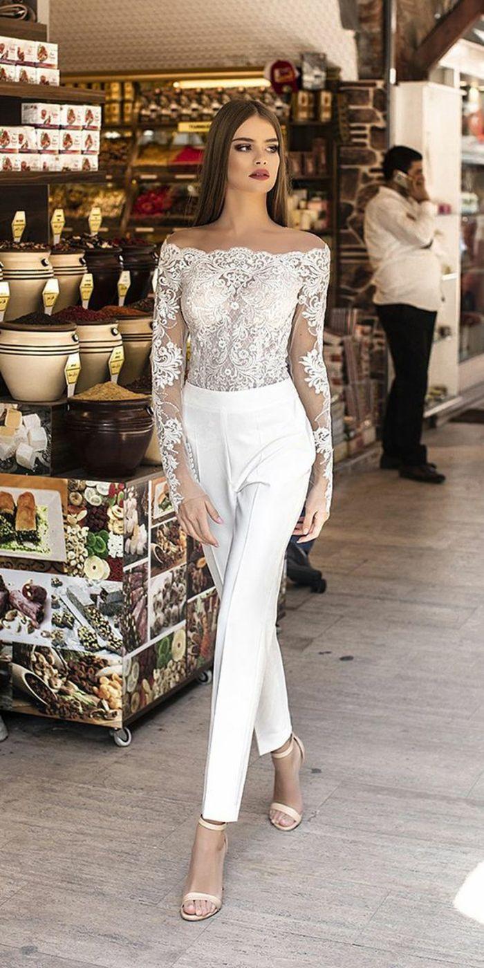 d8392894cfeb9 tailleur pantalon femme, tenue ceremonie femme, top moulant en dentelle  blanche avec les manches en dentelle semi-transparentes, pantalon blanc  taille haute ...