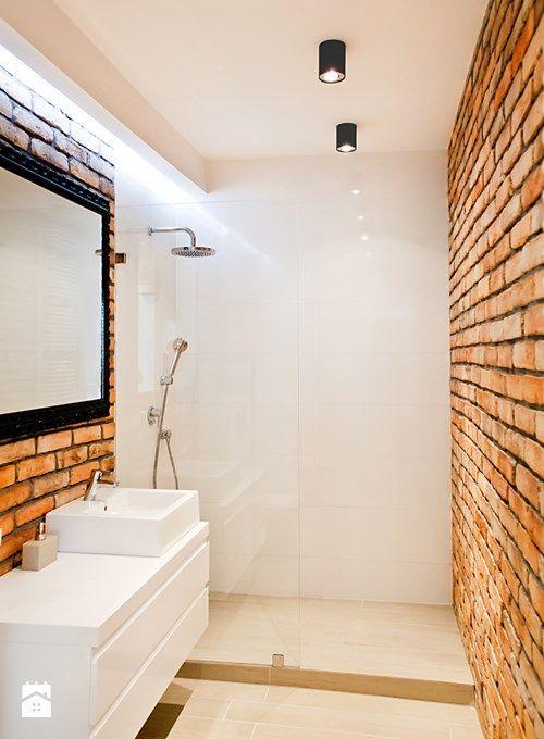 Białe Płytki Z Połyskiem W łazience ściana Z Cegły