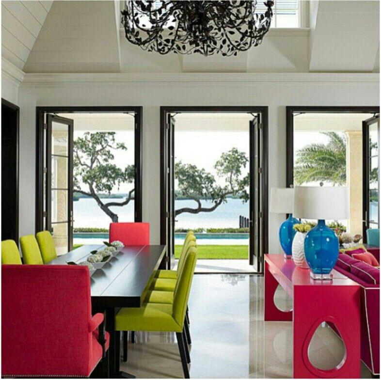 Cores contrastantes para alegrar a casa de praia. Com pé direito duplo e uma beeela iluminação natural.