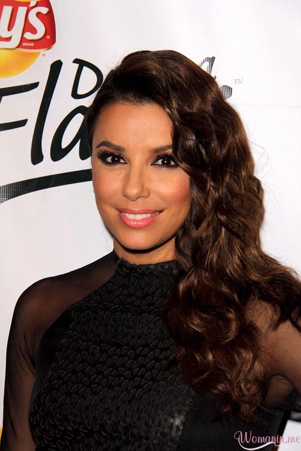 "Eva Longoria has an ""Oops"" moment on The Red Carpet... And she ""Laughs it off"""