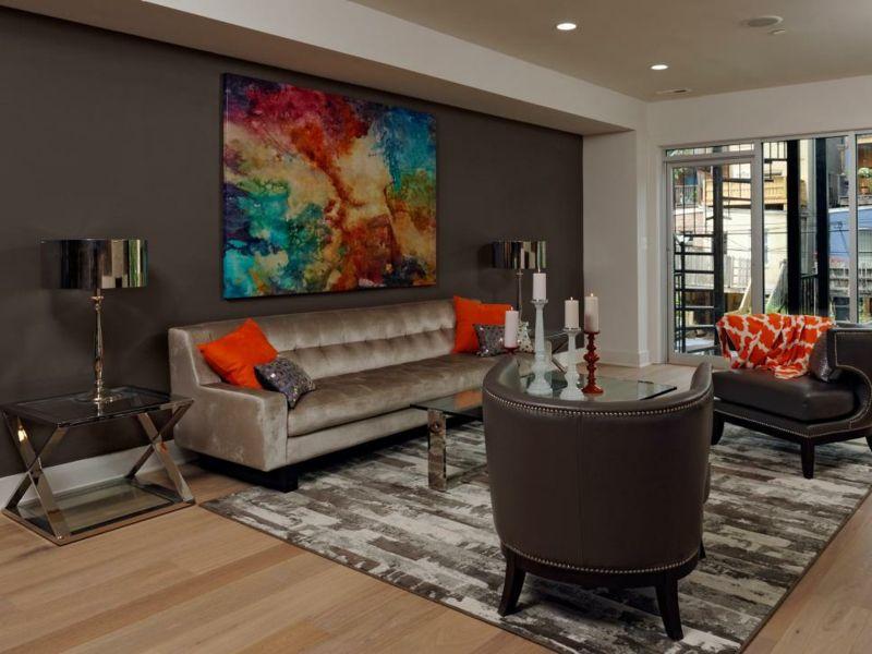 Cojines naranja y pared de color marrón en el salón moderno ...