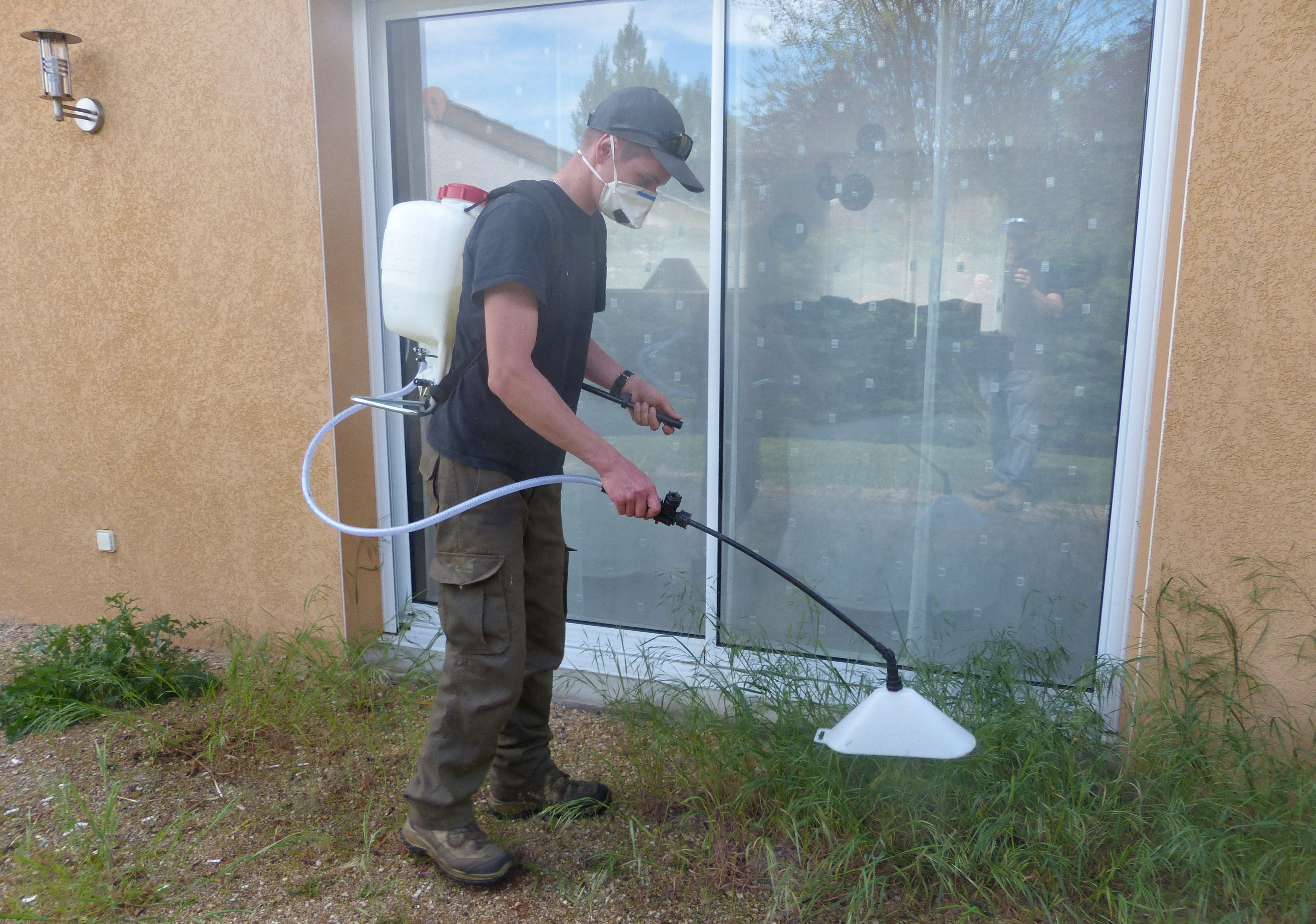 Traitement Phytosanitaire Desherbage Des Allees Tony A La Manœuvre Entretien Jardin Desherbage Phytosanitaire
