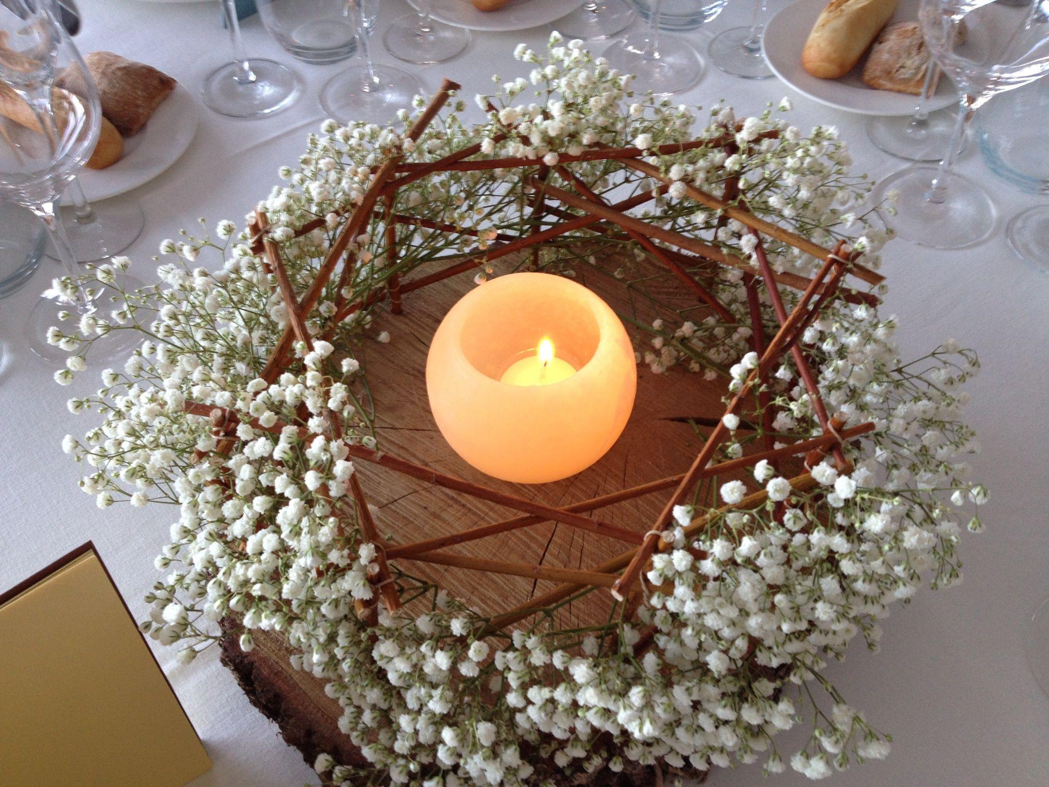 Estructura de troncos con paniculata y velas flores for Centro de mesa boda campestre