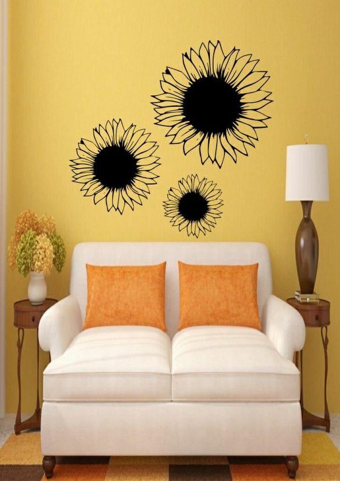Gemütliches Wohnzimmer  Beige Sofa Orange Kissen Vase Blumen Couchische Lampe Gelbe Wände Sonnenblumen Deko Wandtattoos