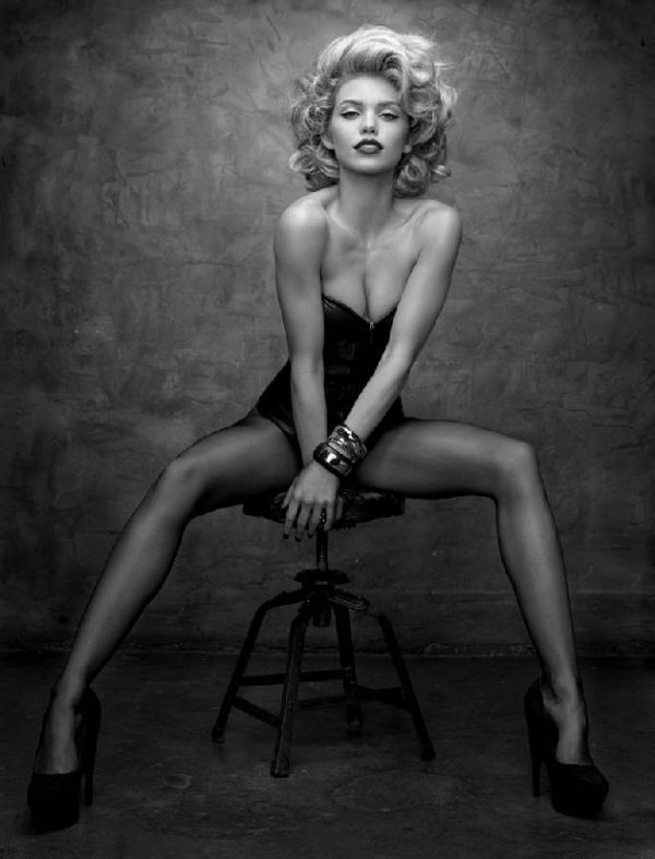 As much as I love the classy, elegant poses I can't wait for the brave ladies to let me try these … | Boudoir photoshoot, Photography inspiration, Photography poses