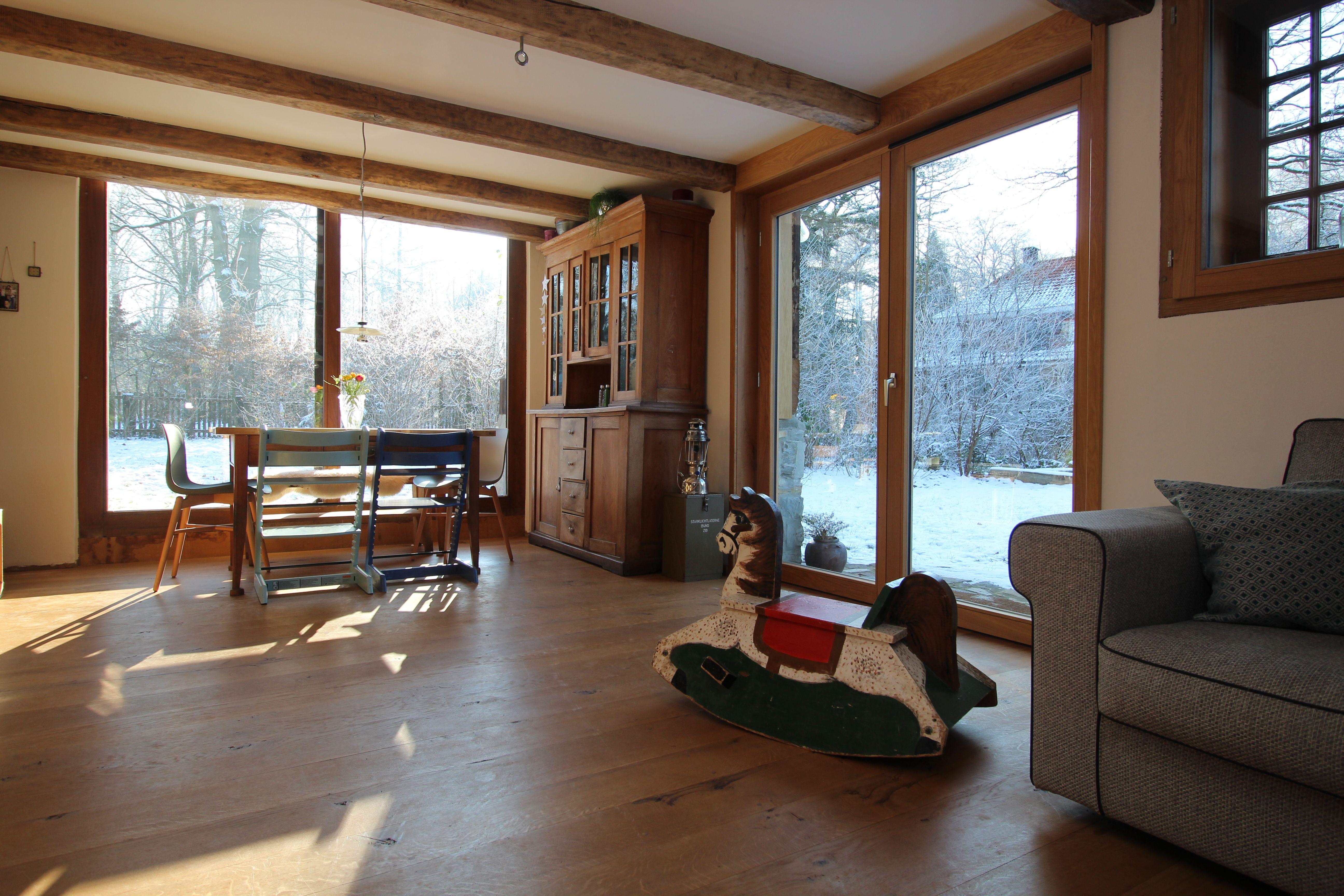 Wohnen Auf Dem Land Ausblick Auf Den Winterlichen Garten Winter Weihnachten Wohnzimmer Stube Fachwerk Balken Schaukelpferd Sche Haus Wohnen Haus Deko