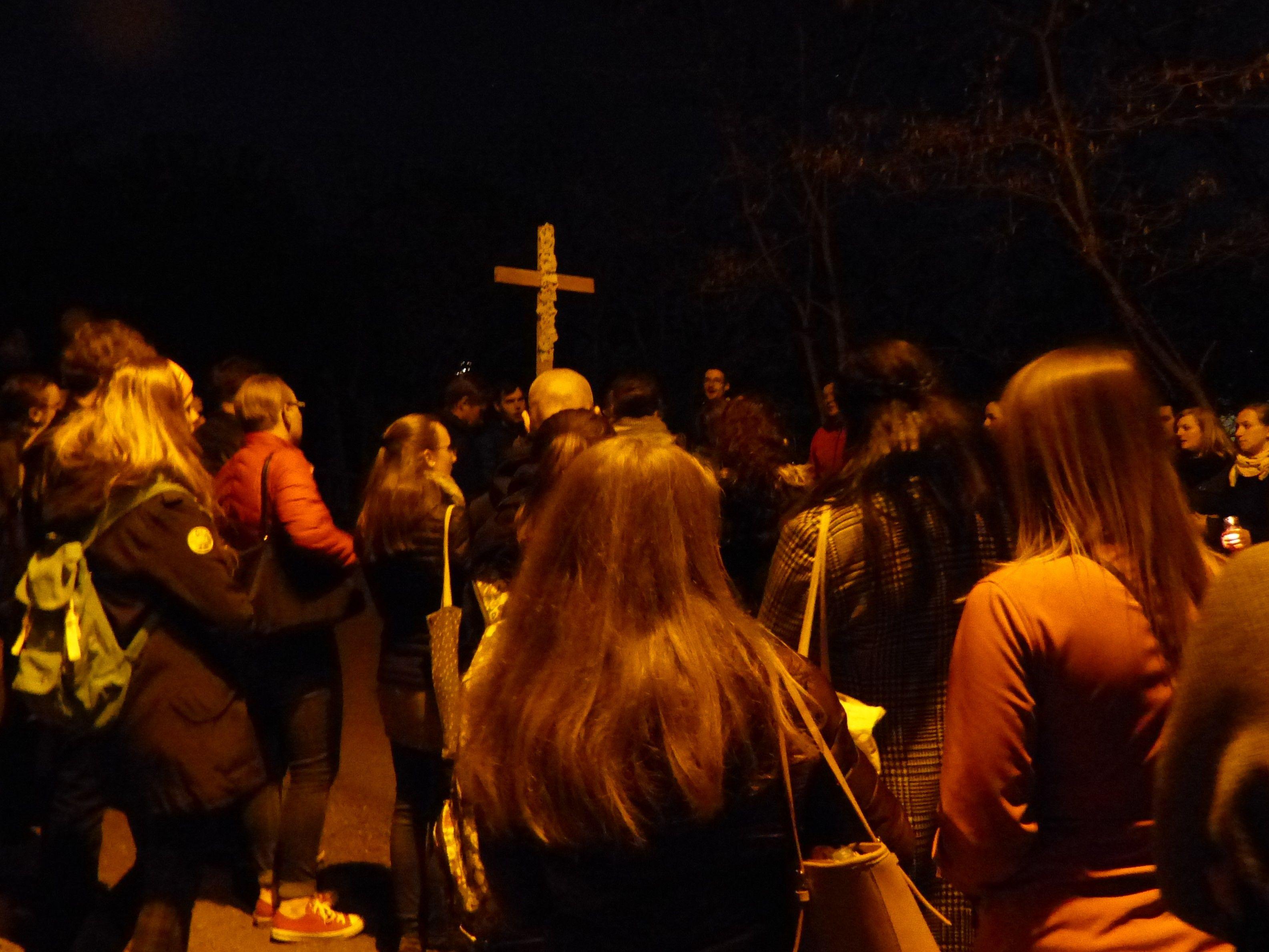 Procesí studentů následujících dřevěný kříž v jeho čele