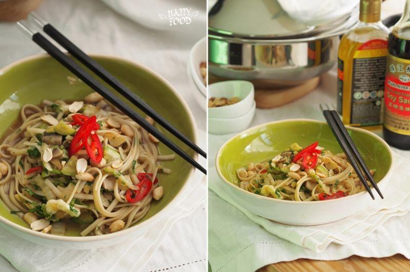 макароны с грибами и овощами на сковороде