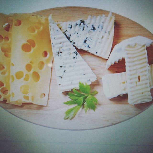 2016/11/08 20:55:31 yuutaishiro111 チーズの栄養素や特徴について紹介します。  牛乳や山羊乳を濃縮して作られるチーズには、生乳の栄養がギュッと詰まっています。  特にカルシウム・ビタミンB2などを多く含んでいます。  ほとんどのチーズは同じ重量の牛乳より多くのカルシウムを含んでいます。  ビタミンB2は脂質の代謝を助ける働きがあります。  また、チーズに含まれるレチノールは肌のターンオーバーをサポートし、ダイエット中に起こりやすい肌荒れを防いでくれます。  また、チーズは腹持ちがよい食材なので、間食に取り入れれば、空腹の解消に役立ちます。  ただし、低カロリーとは言えませんので、食べ過ぎに注意するほか、低カロリー・低脂質のものを選ぶことも大切です。…