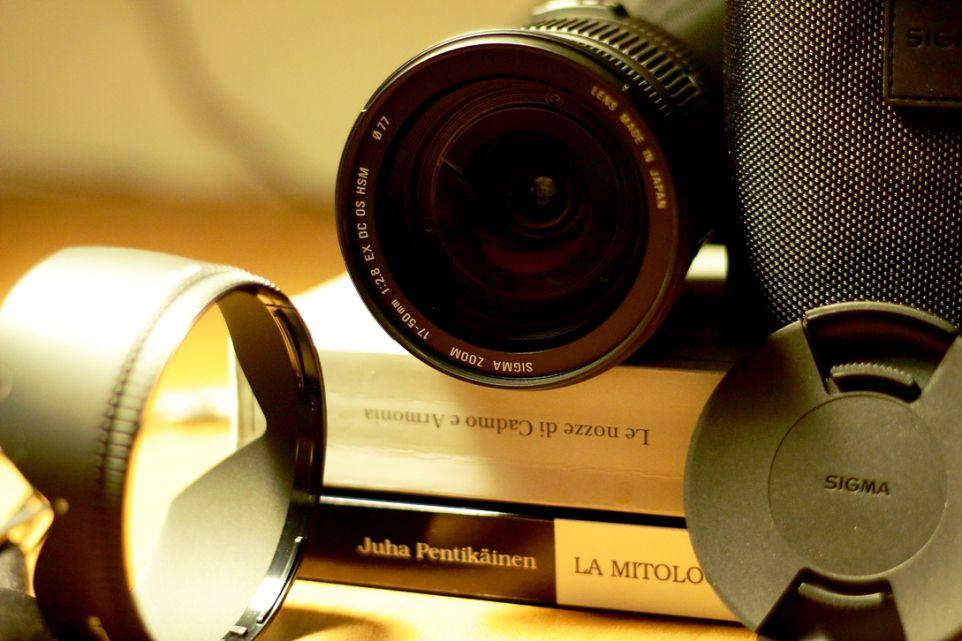 Sigma EX 17-50 f 2,8 OS HSM, la lente con su i parametri e le sigle delle sue caratteristiche.