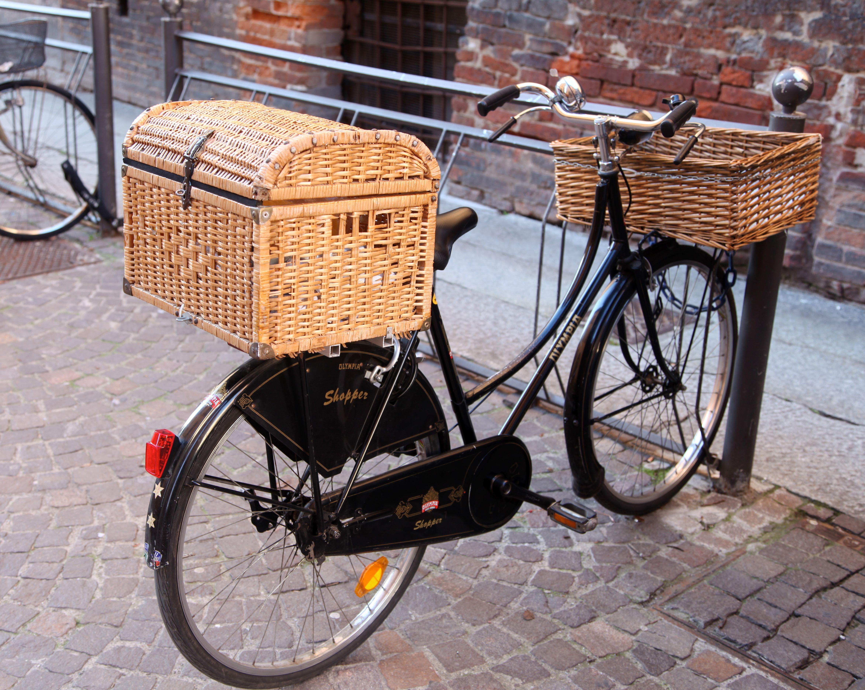 velo noir bicyclette avec grand panier ferm a l 39 arriere et panier a l 39 avant photo moltodeco. Black Bedroom Furniture Sets. Home Design Ideas
