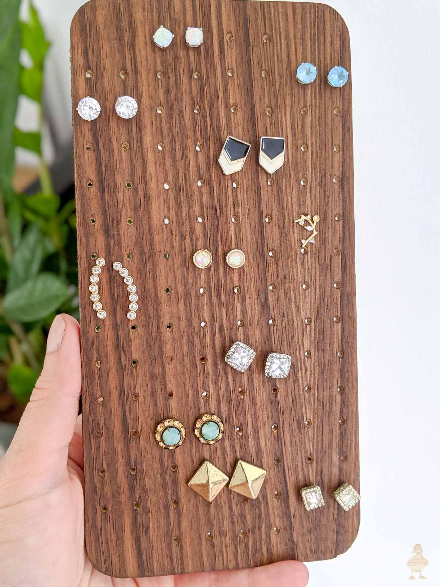 DIY Magnetic Jewelry Organizer –  Dieser DIY Schmuck Organizer bietet viel Wert …