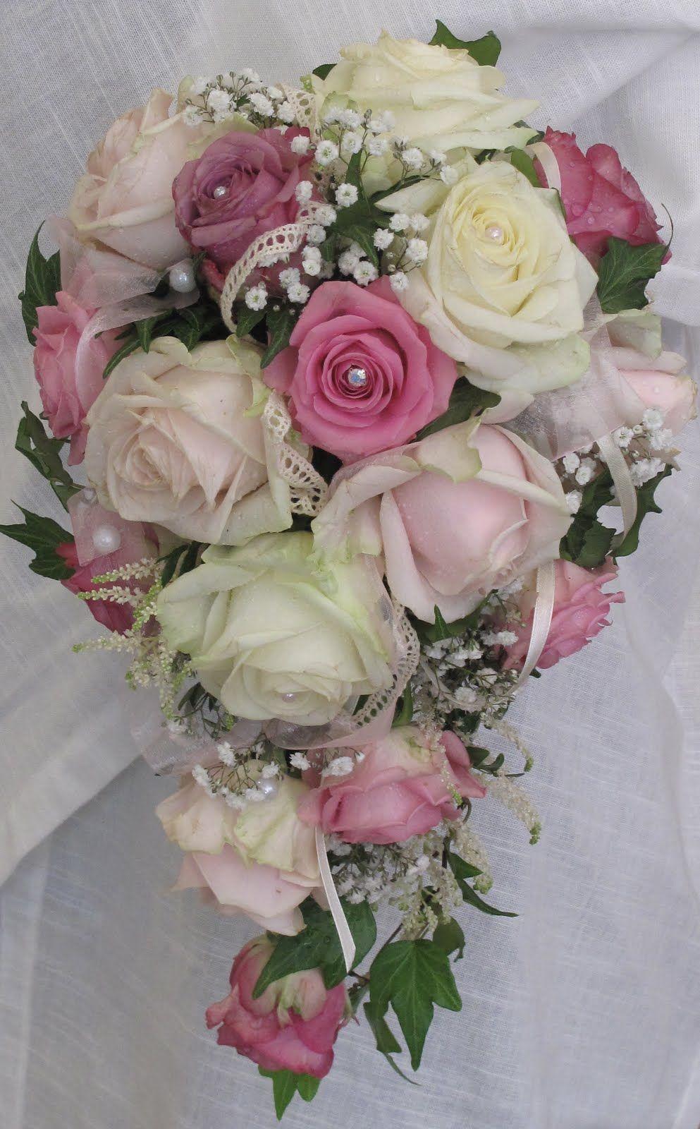 9b393bf30528 En droppformad brudbukett med fyra sorters rosor: Aqua, Cool Water,  Avalanche och Sweet Avalanche