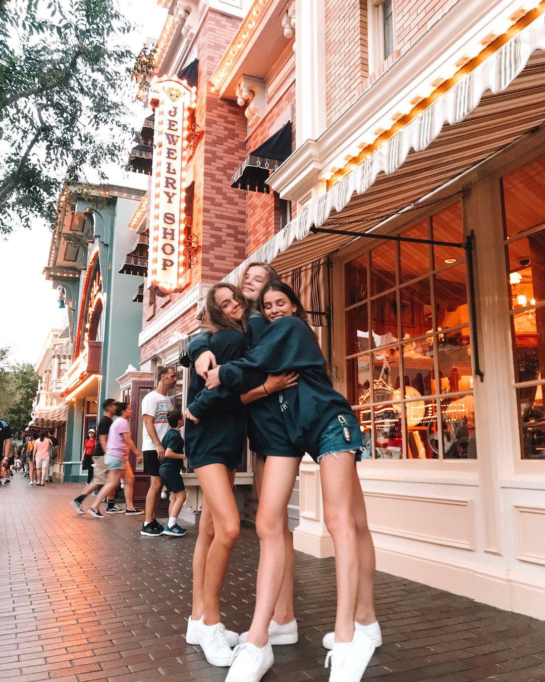 """Photo of OLIVIA auf Instagram: """"In letzter Zeit geht es gut. passende Sweatshirts sind der Zug. """""""