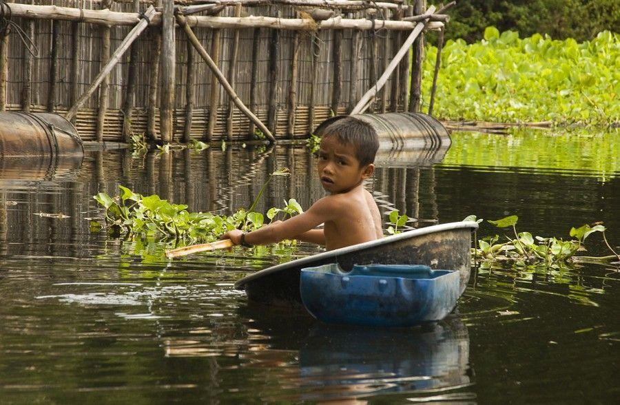 """"""" Maman, les p'tits bateaux qui vont sur l'eau ont-ils des jambes ? """" /  Village flottant. / Village on water. / Kompong Phluk. / Cambodge, Cambodia."""