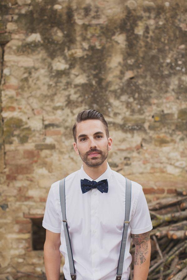 un novio apuesto que llevaba una camisa de manga corta blanca, una