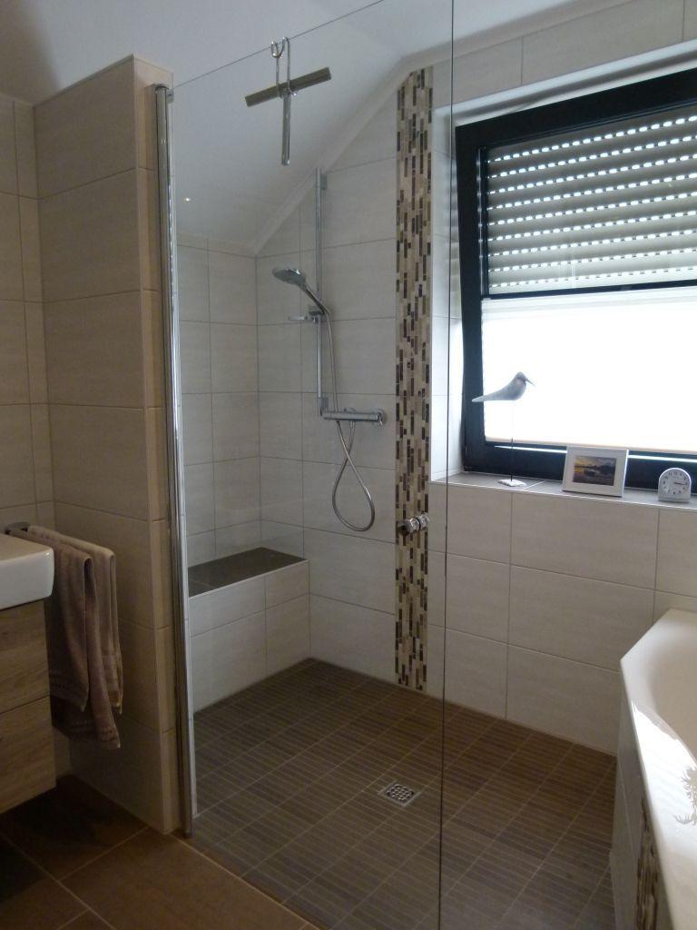 Badezimmer Fliesen Gemustert Dusche Fenster Badewanne Mit
