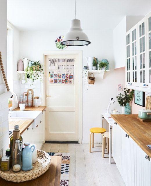 Ikea Deutschland Eine Weisse Kuche Mit Zubehor In Pastellfarben Und