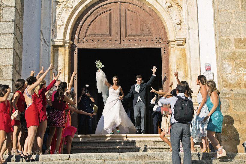 A noiva entrou na Igreja Nossa Senhora da Assunção, em Arronches, no Alentejo, de braço dado com o pai, João Pinto Ribeiro. A cerimónia foi presidida pelo reverendo cónego Francisco Couto e cocelebrada pelo padre Fernando Farinha.