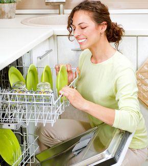EXTRA TIP: Domáci prášok do umývačky Ak máte umývačku a púšťate ju každý deň, určite ste niekedy rozmýšľali, čo obsahujú čistiace prostriedky, ktoré používate. Stresovať sa nemusíte, ak si čistiaci prostriedok vyrobíte sami. Je to jednoduché, lacné a ešte aj bez následkov na prírodu a vaše zdravie. Stačí zmiešať jedlú soľ, kyselinu citrónovú s morskú soľ v pomere 1 : 1 : 1. Dávkujeme približne dve polievkové lyžice. Zmes si môžete urobiť aj do zásoby a uskladniť ju na mieste, kde nenavlhne.
