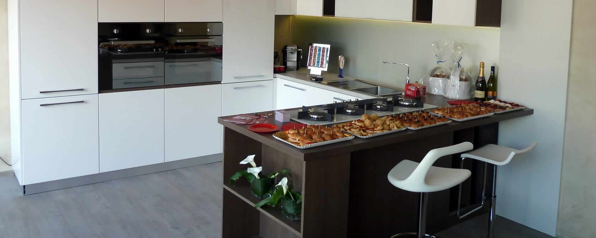 Cucina laccata bianca, piano wengè e sgabelli assortiti ...