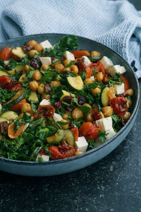 Skøn Grønkålsalat Med Kikærter Og Bagte Tomater Tilsat Feta Og
