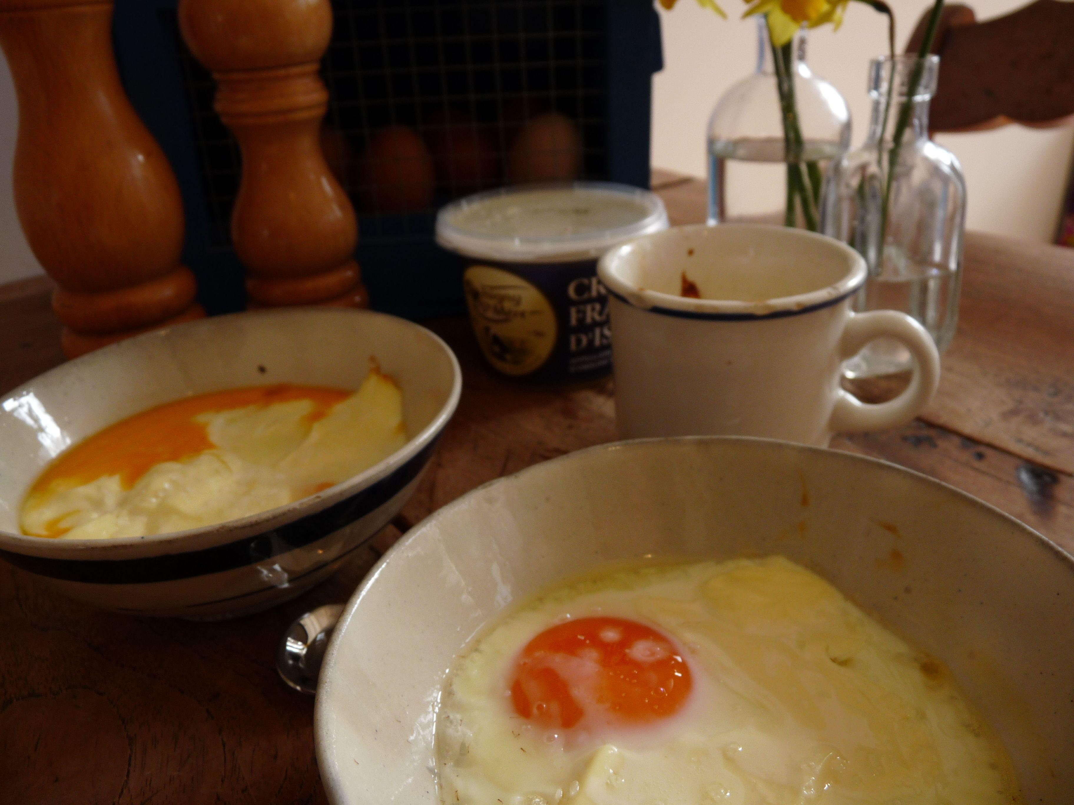 Lekker samen koken met Pasen: breek een eitje in een bakje. Doe er een mooie schep crème fraiche bij. zet de bakjes in een schaal met water in de oven. Geef er een soepstengel bij.