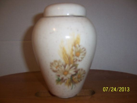 Vintage Floral Porcelain Ceramic Daisy by NAESBARGINBASEMENT, $6.00