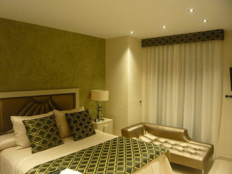 ¿Qué os parece este #dormitorio conjuntado con detalles en verde haciendo juego con el papel decorativo de la pared?